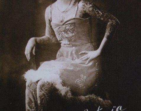 tattoed-beauty-artoria-gibbons-poses-vintage-style-inspiration-tattoo-history